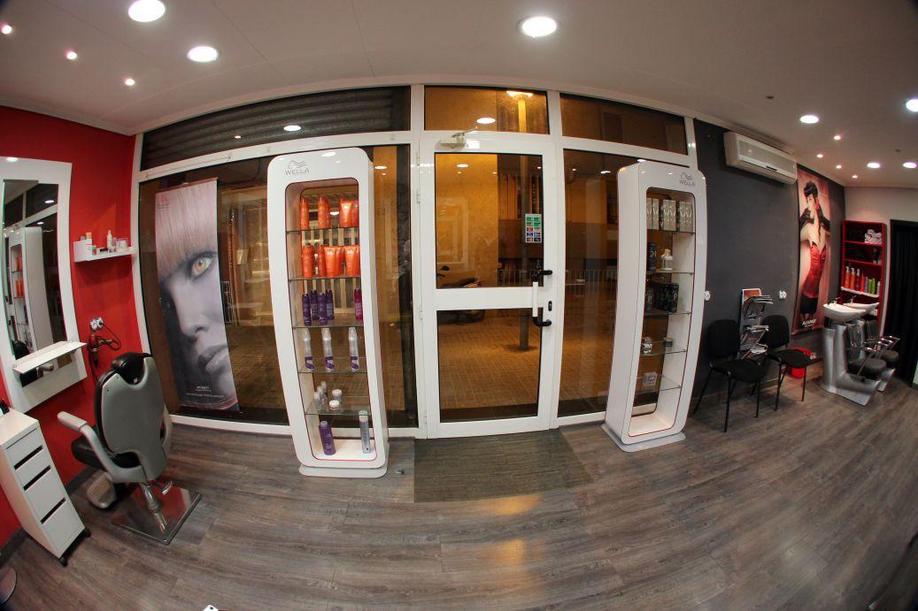 cristalera entrada peluquería Coronado en Hospitalet